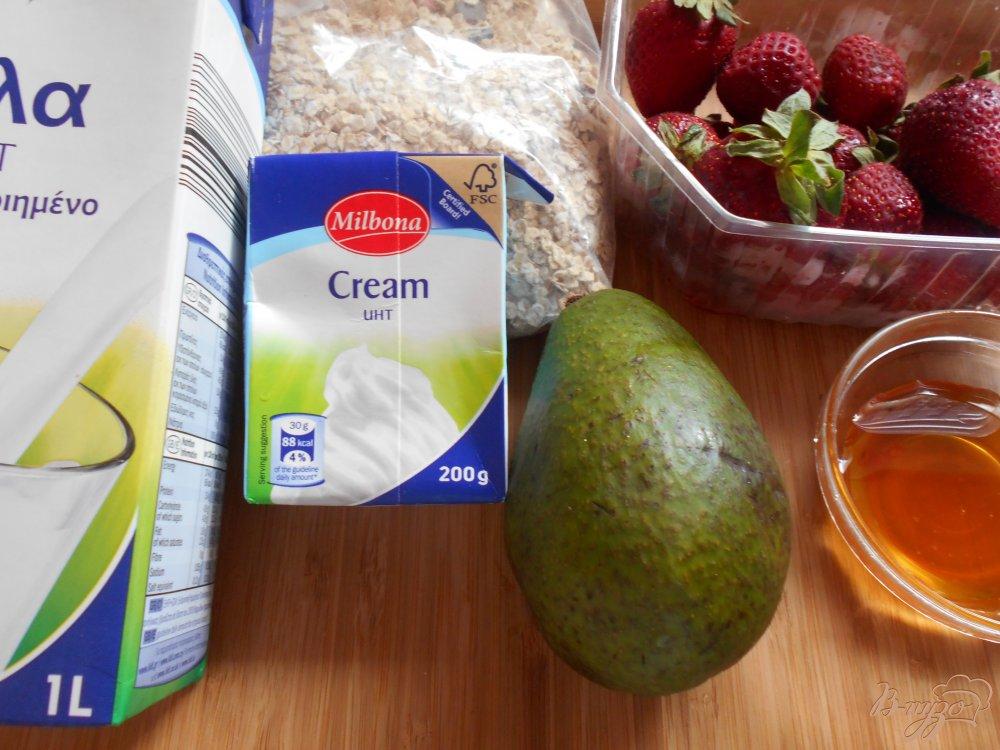 Фото приготовление рецепта: Смузи из клубники и авокадо шаг №1