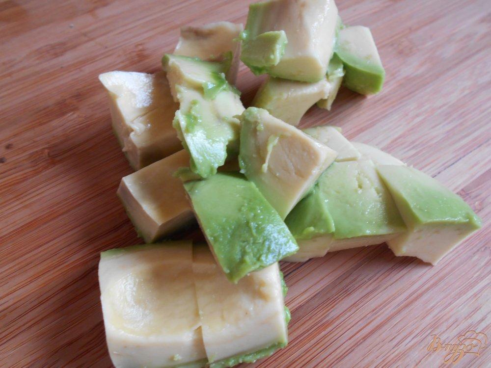 Фото приготовление рецепта: Смузи из клубники и авокадо шаг №2