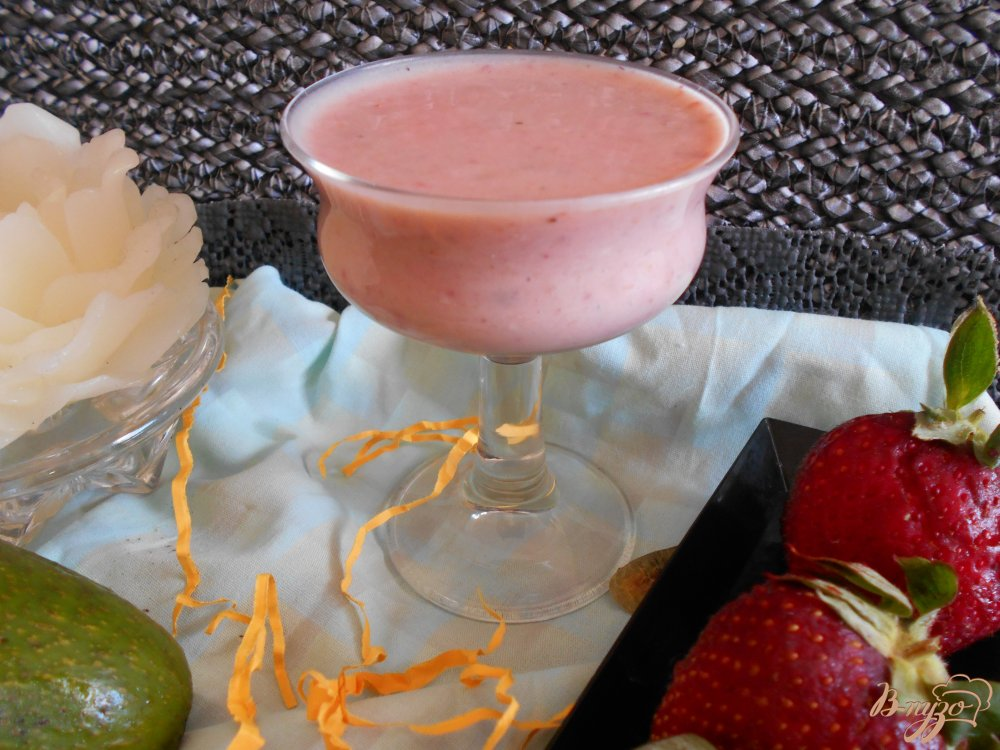 Фото приготовление рецепта: Смузи из клубники и авокадо шаг №7
