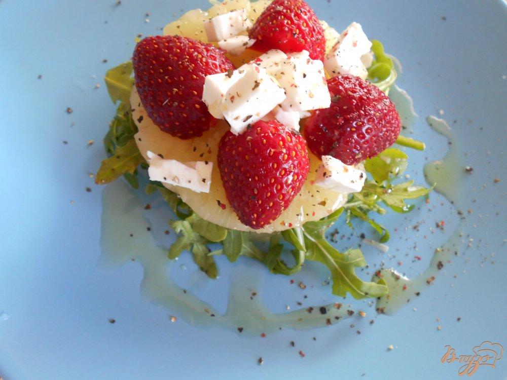 Фото приготовление рецепта: Салат с рукколой и клубникой шаг №5