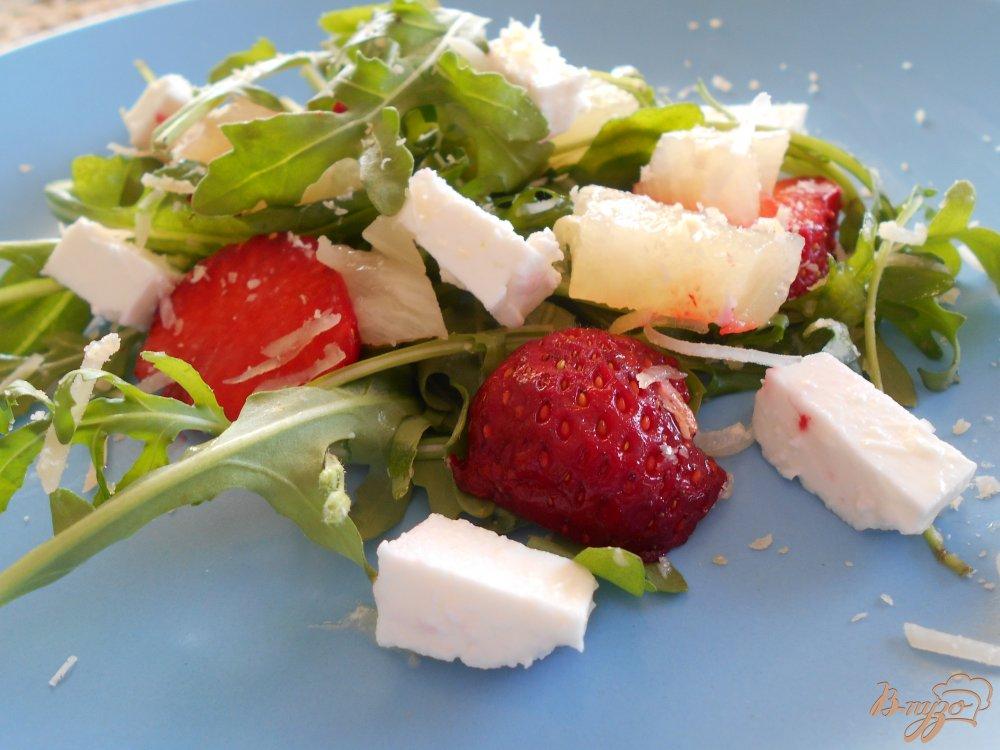 Фото приготовление рецепта: Салат с рукколой и клубникой шаг №4