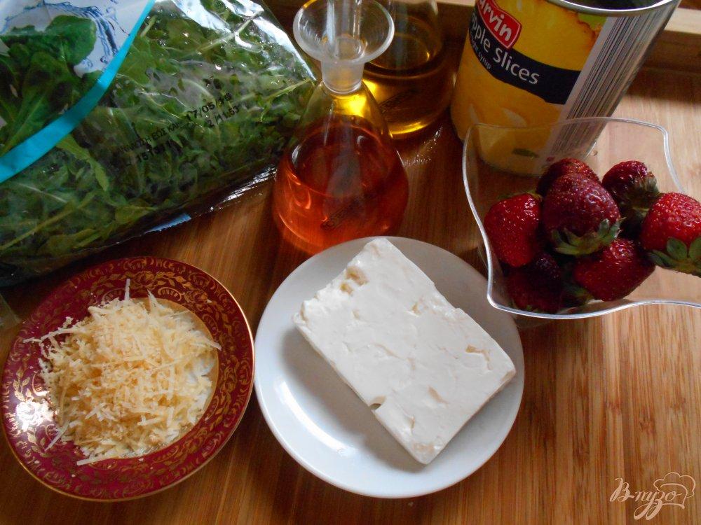 Фото приготовление рецепта: Салат с рукколой и клубникой шаг №1