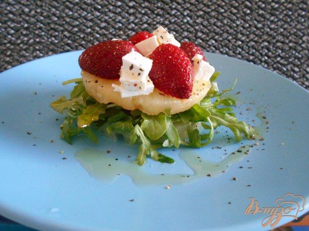 фото рецепта: Салат с рукколой и клубникой