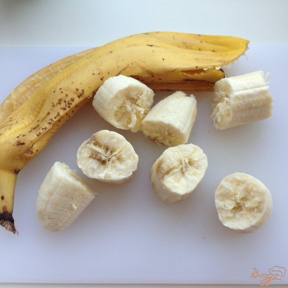 Фото приготовление рецепта: Ягодно-банановый смузи шаг №3