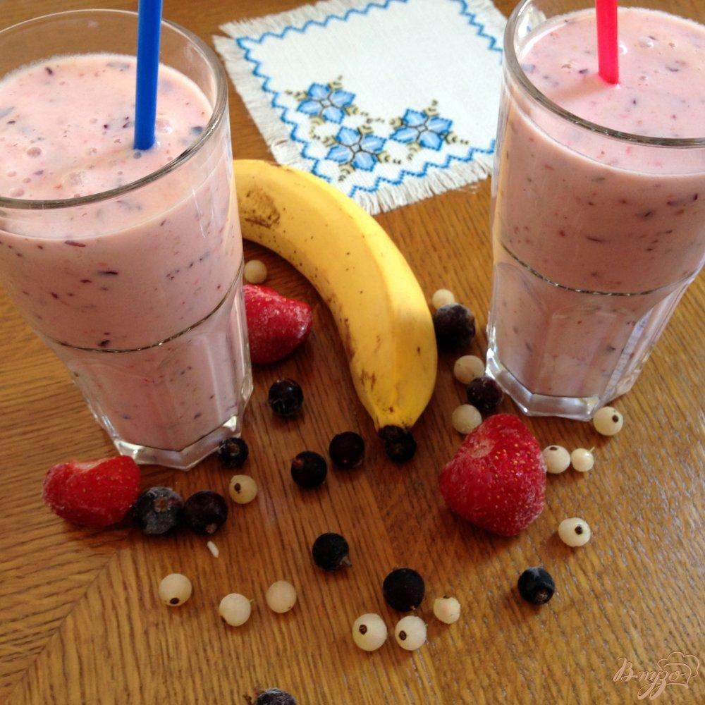 Фото приготовление рецепта: Ягодно-банановый смузи шаг №5
