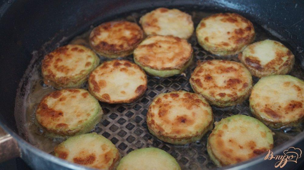 Фото приготовление рецепта: Кабачки с помидорами и чесноком шаг №4