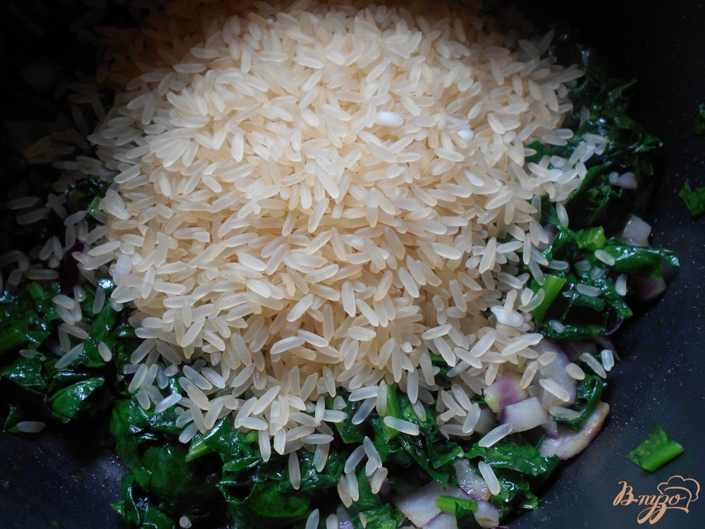 Фото приготовление рецепта: Спанакоризо- рис со шпинатом по-гречески шаг №5