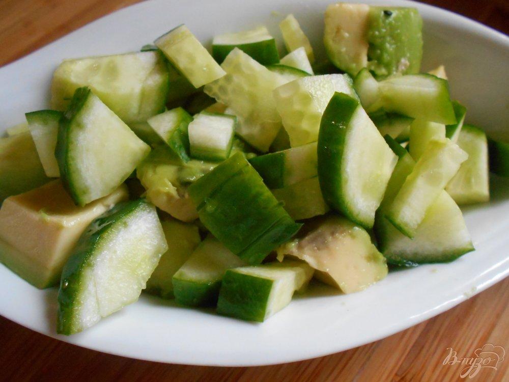 Фото приготовление рецепта: Салат с огурцом и авокадо шаг №4