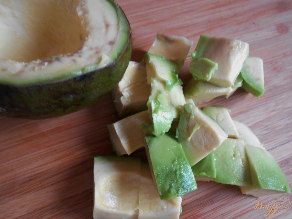 Фото приготовление рецепта: Салат с огурцом и авокадо шаг №2