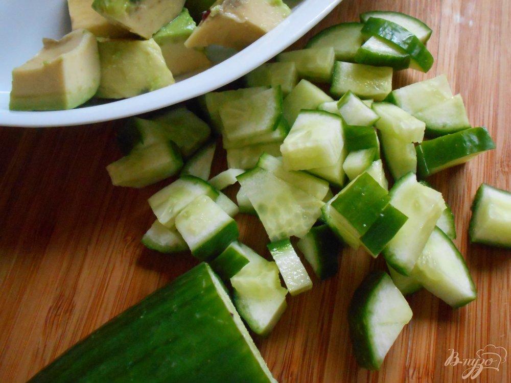 Фото приготовление рецепта: Салат с огурцом и авокадо шаг №3