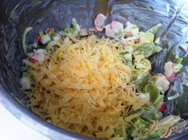 Фото приготовление рецепта: Салат с луком пореем и виноградом шаг №7