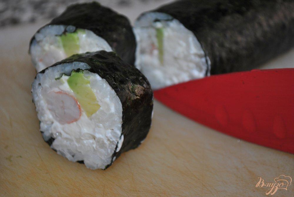 Фото приготовление рецепта: Роллы с тигровыми креветками и авокадо шаг №7