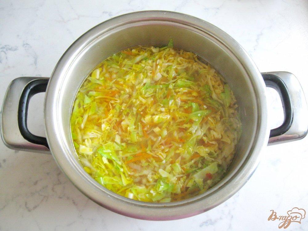 Фото приготовление рецепта: Вегетарианские щи с молодой капустой шаг №4