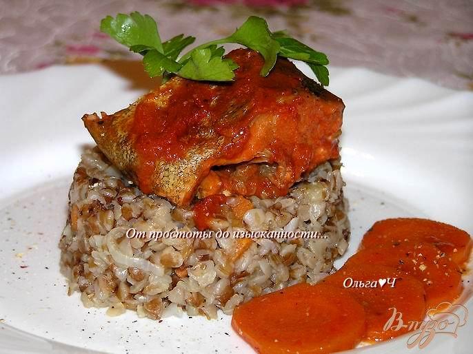 Фото приготовление рецепта: Минтай, запеченный в томатном соусе с морковью шаг №6