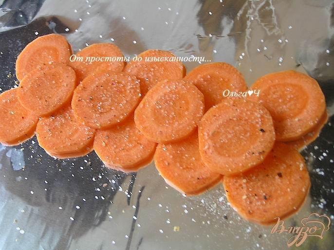Фото приготовление рецепта: Минтай, запеченный в томатном соусе с морковью шаг №3