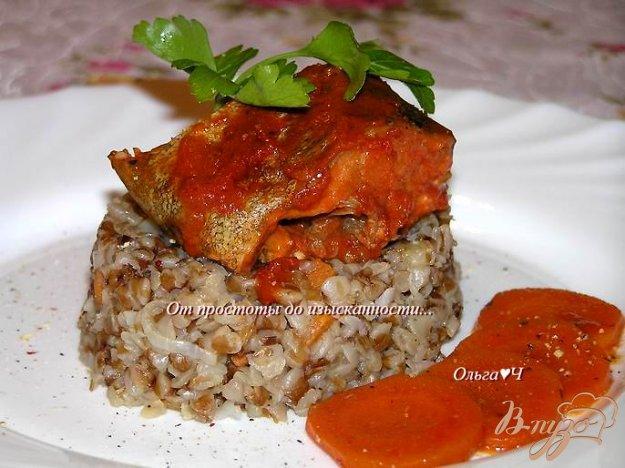 фото рецепта: Минтай, запеченный в томатном соусе с морковью