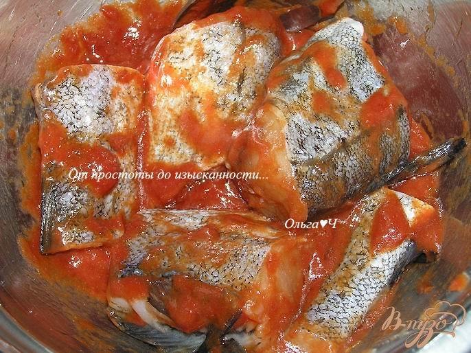 Фото приготовление рецепта: Минтай, запеченный в томатном соусе с морковью шаг №2