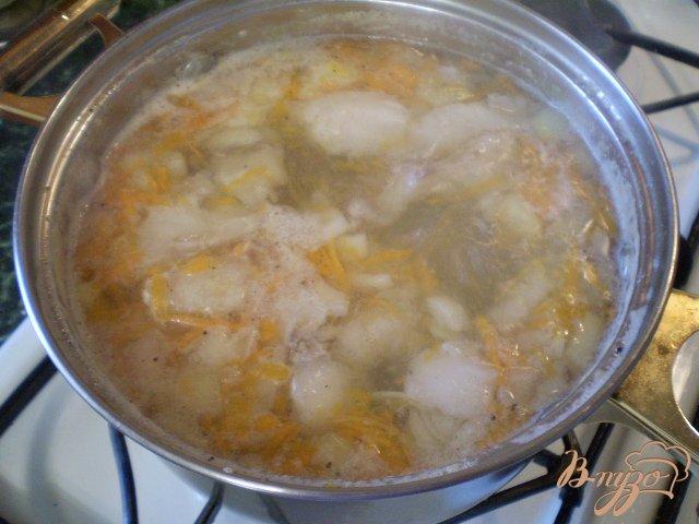 Фото приготовление рецепта: Суп из минтая с маслом и укропом шаг №7