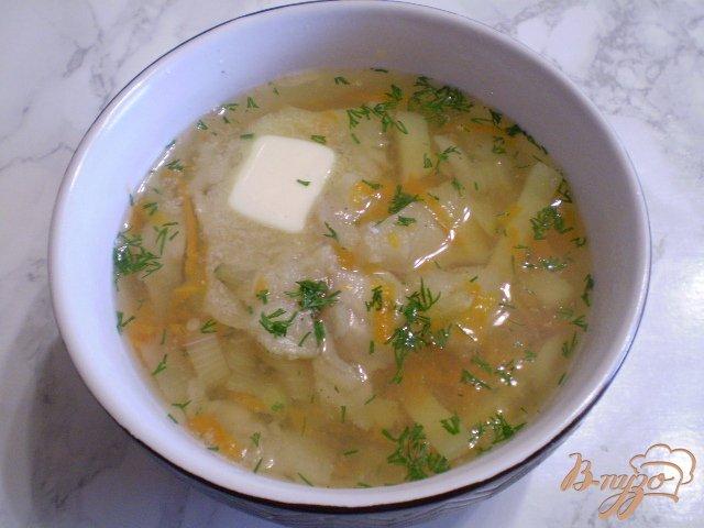 Фото приготовление рецепта: Суп из минтая с маслом и укропом шаг №8