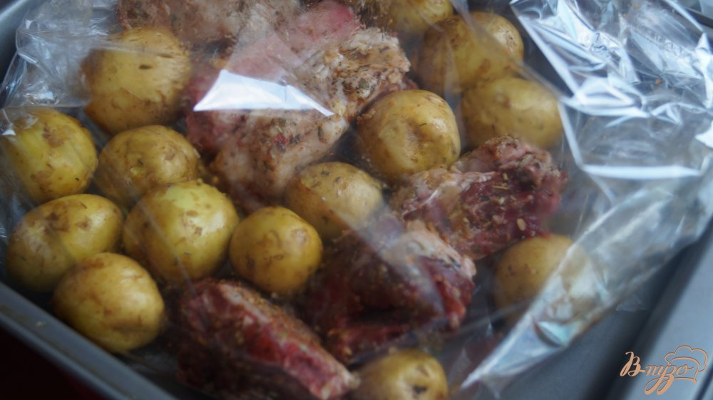 Фото приготовление рецепта: Молодой картофель со свиными ребрами запеченные в рукаве шаг №3