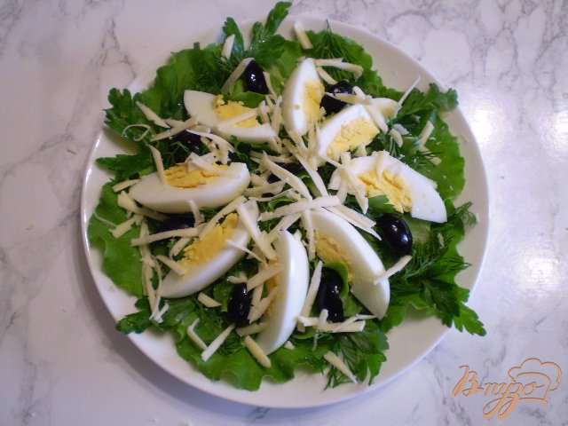 Фото приготовление рецепта: Салат с яйцом, листьями салата, маслинами и базиликом шаг №6