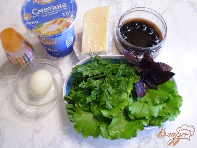 Фото приготовление рецепта: Салат с яйцом, листьями салата, маслинами и базиликом шаг №1