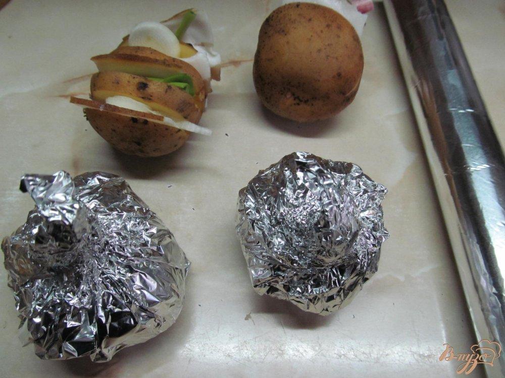 Фото приготовление рецепта: Картофель с салом запеченный в фольге шаг №5