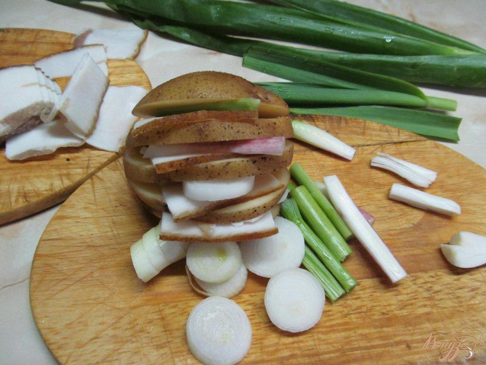 Фото приготовление рецепта: Картофель с салом запеченный в фольге шаг №3