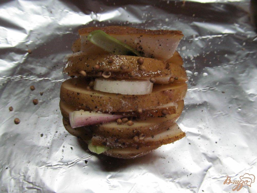 Фото приготовление рецепта: Картофель с салом запеченный в фольге шаг №4