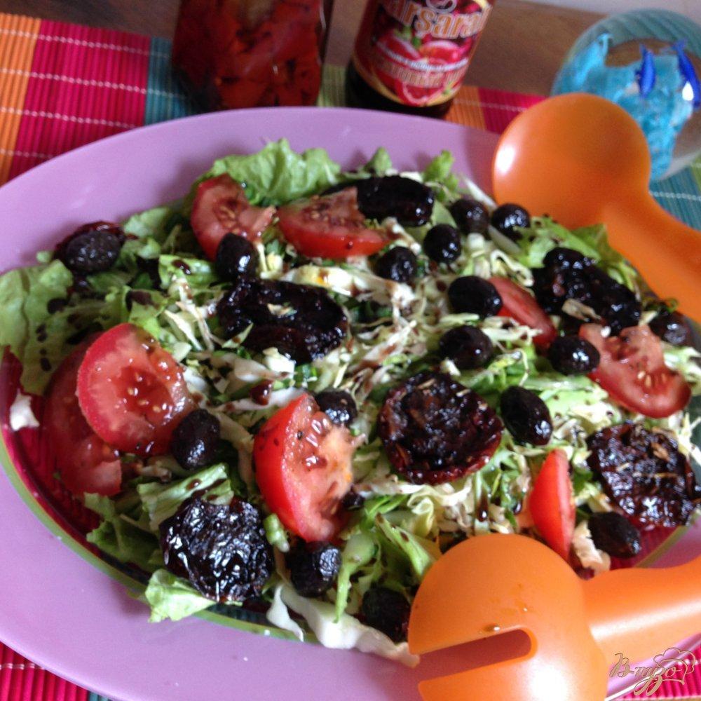 Фото приготовление рецепта: Салат с вялеными помидорами и маслинами шаг №5