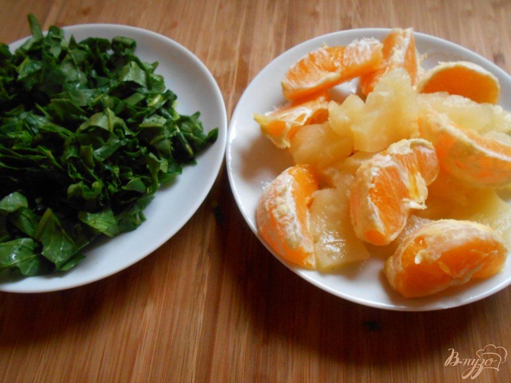 Фото приготовление рецепта: Смузи из шпината, апельсина и ананаса шаг №3