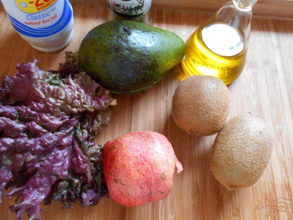 Фото приготовление рецепта: Салат с киви и авокадо шаг №1