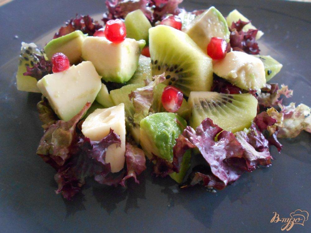 Фото приготовление рецепта: Салат с киви и авокадо шаг №5