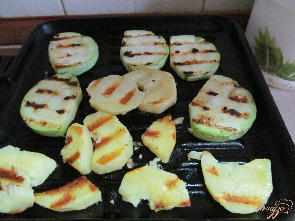 Фото приготовление рецепта: Теплый салат и свинины картофеля и кабачка шаг №3