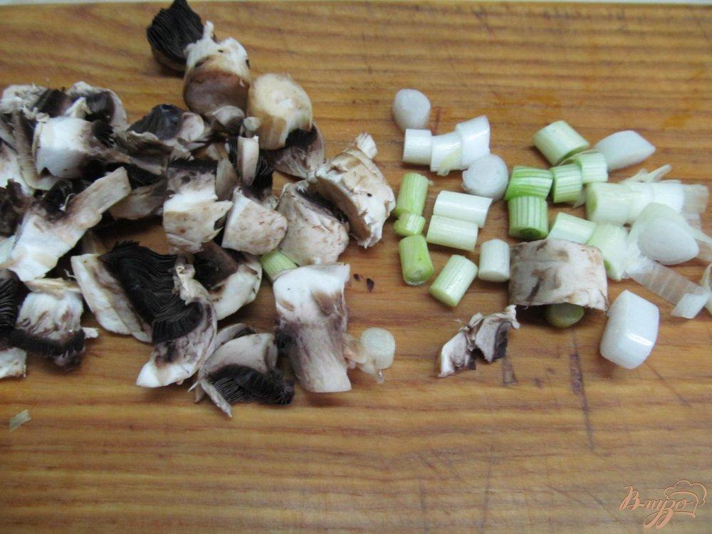 Фото приготовление рецепта: Салат из молодой капусты и шампиньена шаг №2