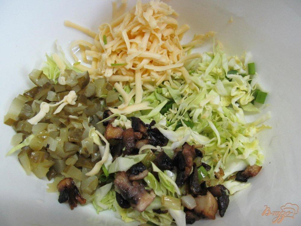 Фото приготовление рецепта: Салат из молодой капусты и шампиньена шаг №3