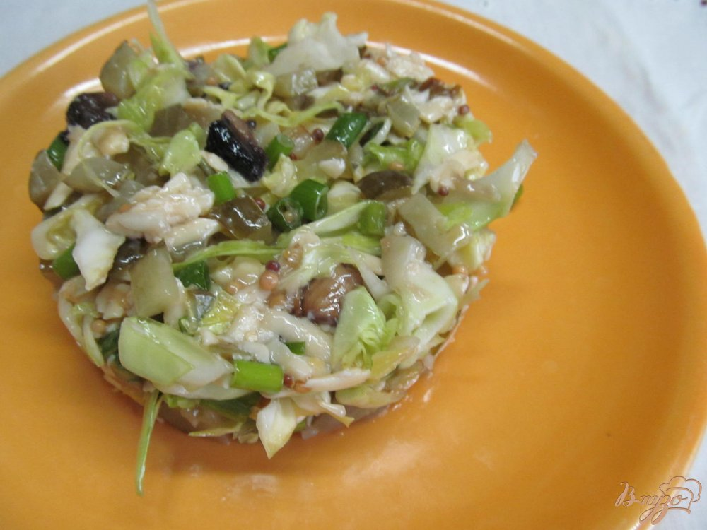 Фото приготовление рецепта: Салат из молодой капусты и шампиньена шаг №7