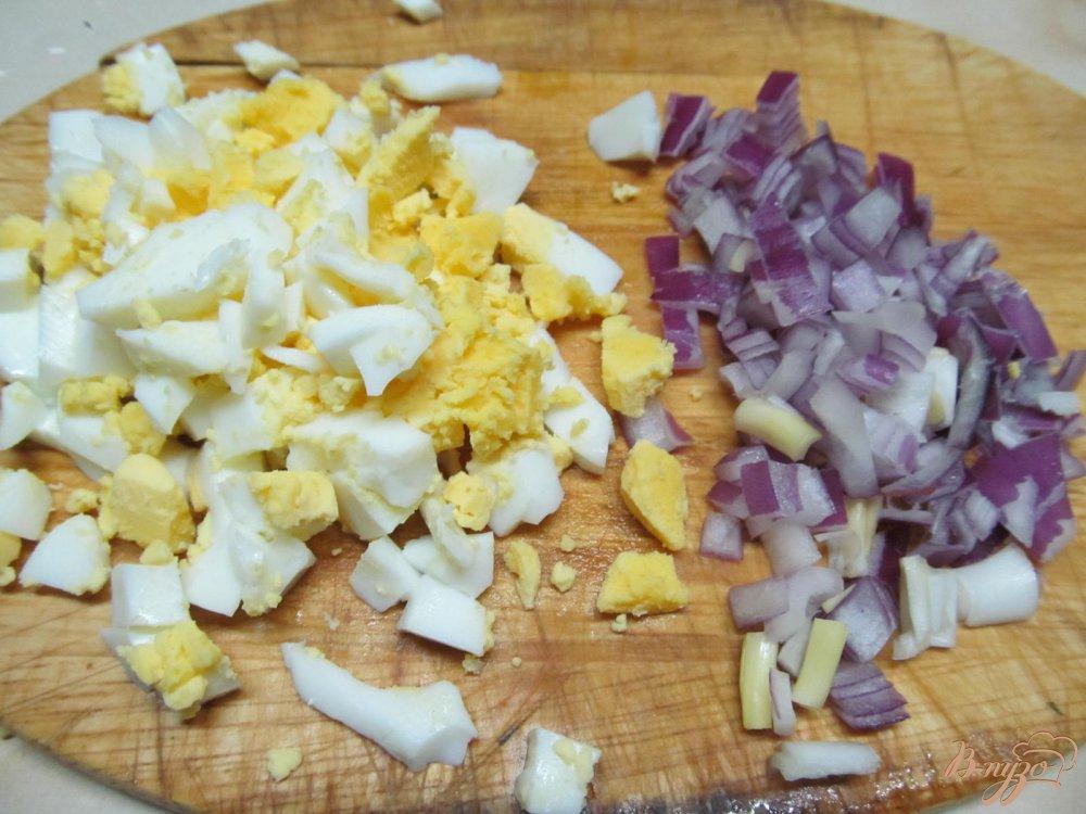 Фото приготовление рецепта: Салат с курицей и черносливом шаг №3