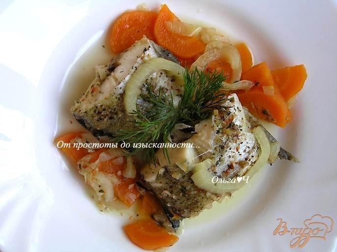 Фото приготовление рецепта: Минтай, тушеный с луком и морковью (без масла) шаг №4