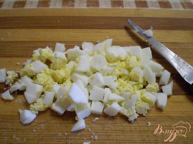 Фото приготовление рецепта: Окрошка на кефире с мясом и колбасой шаг №3
