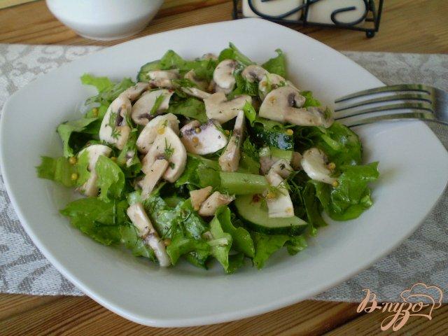 Фото приготовление рецепта: Салат из сырых огурцов и шампиньонов шаг №8