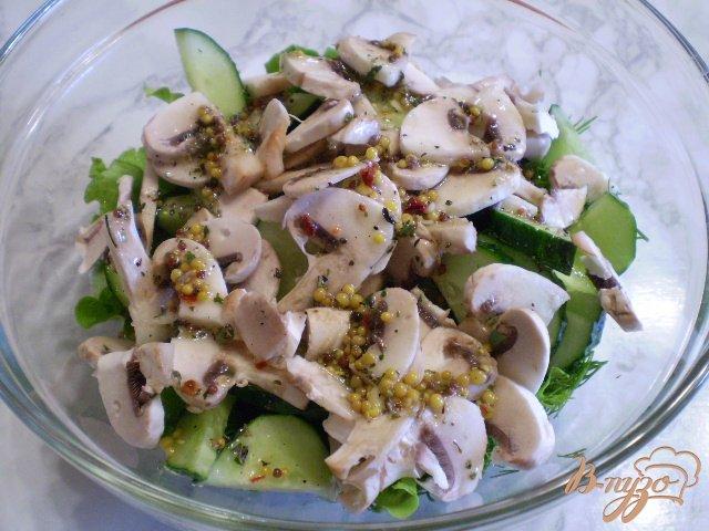 Фото приготовление рецепта: Салат из сырых огурцов и шампиньонов шаг №6