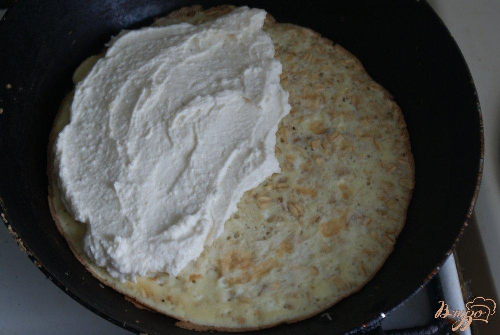 Фото приготовление рецепта: Овсяный блин с творогом шаг №3
