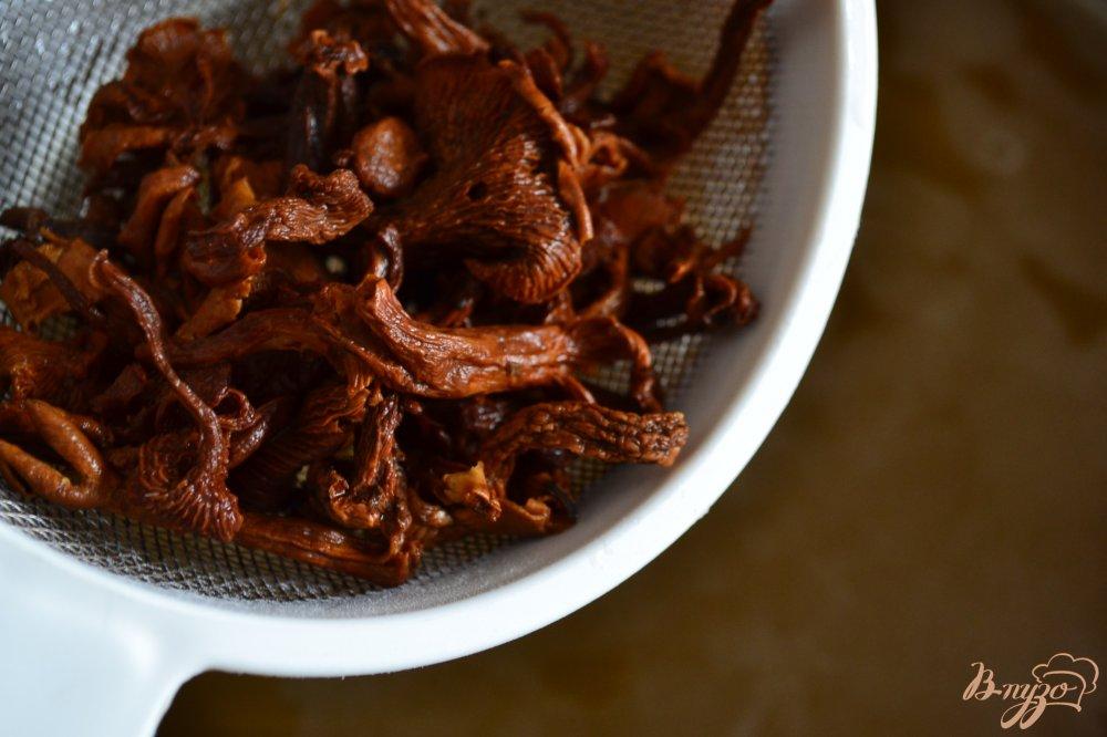 Фото приготовление рецепта: Рассольник с сушеными грибами шаг №3