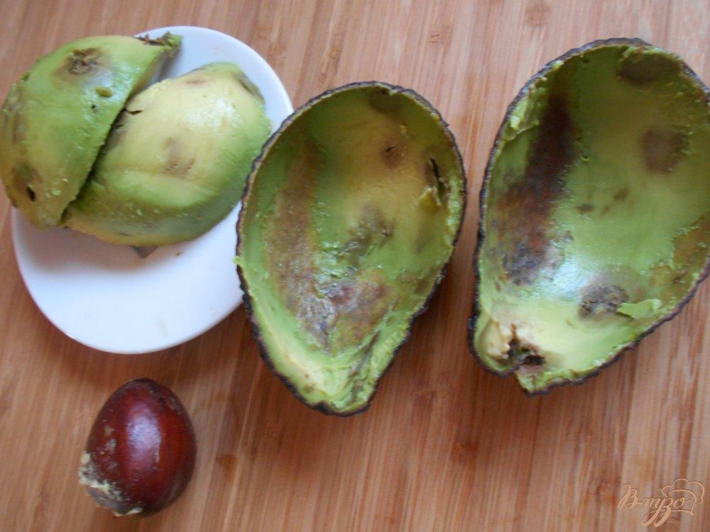 Фото приготовление рецепта: Салат с креветками в авокадных лодочках шаг №4