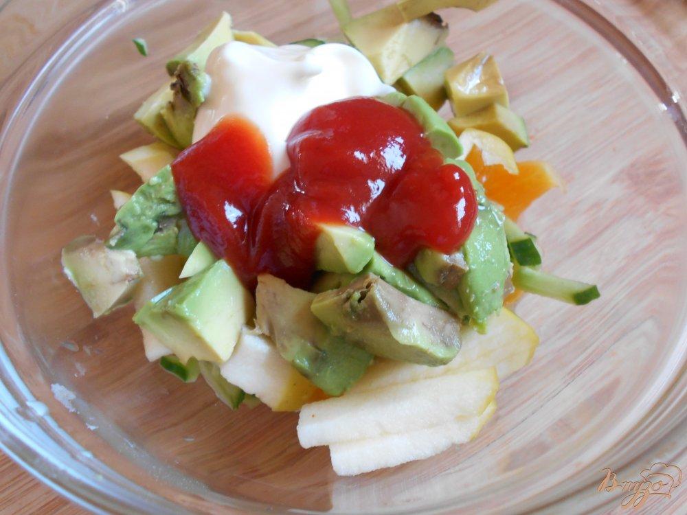 Фото приготовление рецепта: Салат с креветками в авокадных лодочках шаг №6