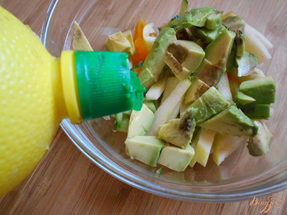 Фото приготовление рецепта: Салат с креветками в авокадных лодочках шаг №5