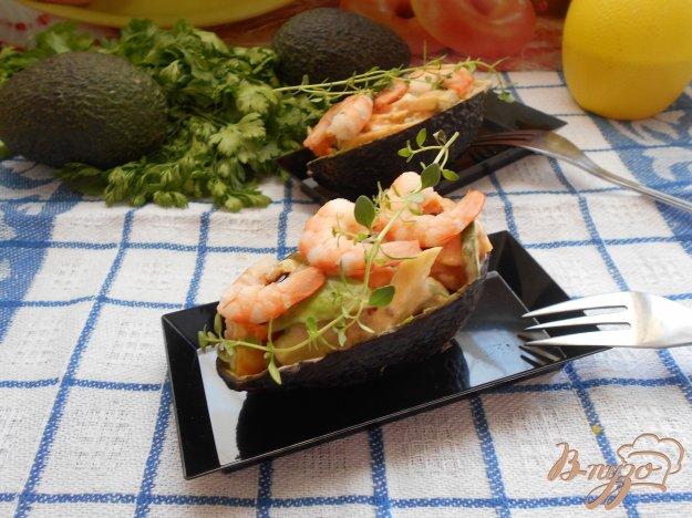 фото рецепта: Салат с креветками в авокадных лодочках