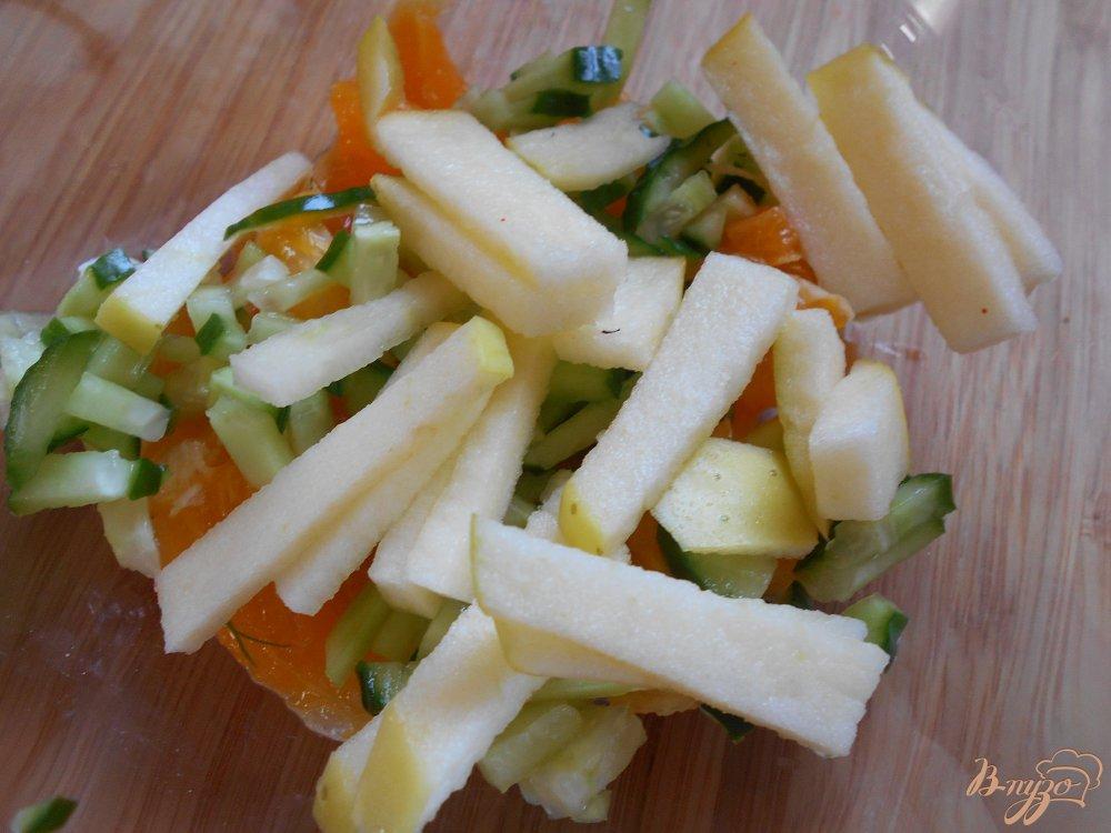 Фото приготовление рецепта: Салат с креветками в авокадных лодочках шаг №3
