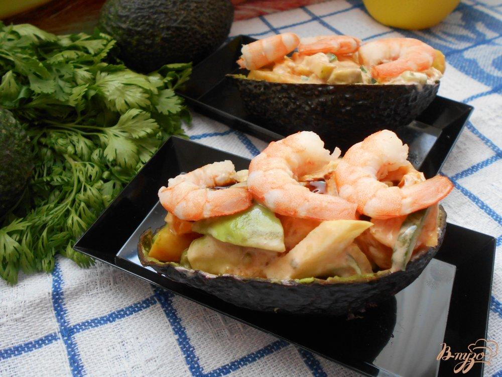 Фото приготовление рецепта: Салат с креветками в авокадных лодочках шаг №7